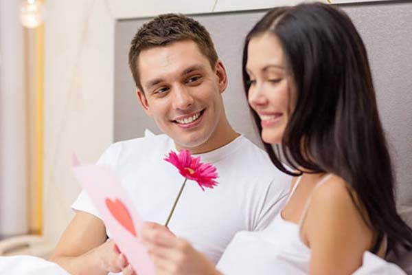 giving gift to girlfriend